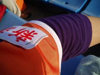 ユニフォームの下に紫色のシャツ