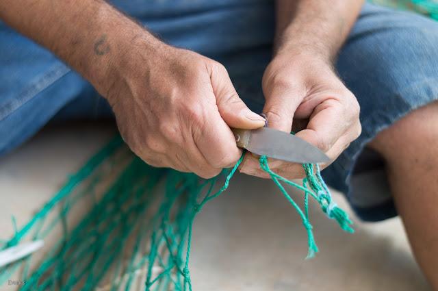 Cortando cordel con la navaja