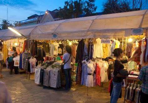 Quầy quần áo tại chợ đêm (Night Market - Phnompenh)