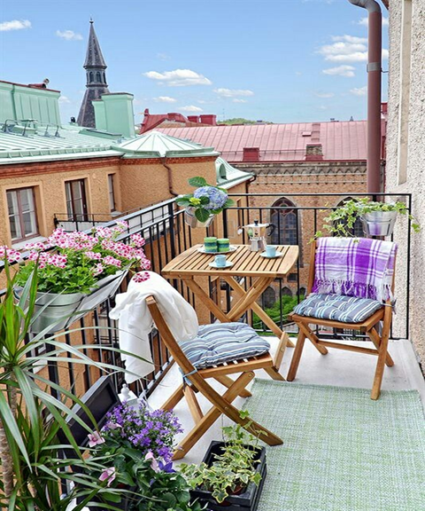 If you have a small terrace or a small balcony and you think that it cannot look good, you are so wrong! A small terrace or balcony can become a cozy look with a beautiful design in the style you want. Everything makes a difference in a small space. Look at the design ideas below and get some inspiration!