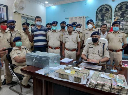 वैशाली HDFC बैंक डकैती का पर्दाफाश, 93लाख के साथ महिला समेत 9 गिरफ्तार