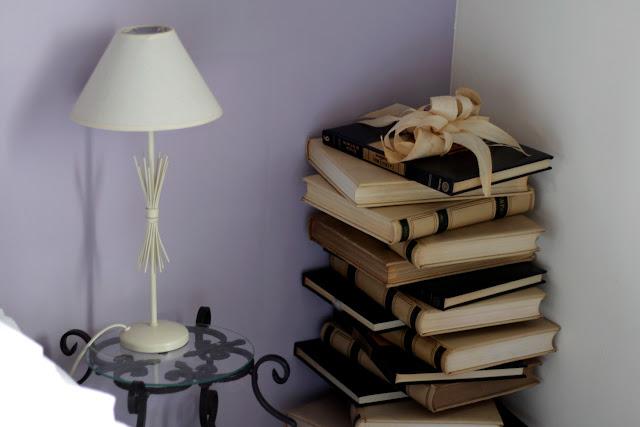 Detalle de un pila de libros en la habitación de la Posada Peña Casares