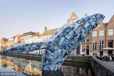 Obra de arte para concientizar sobre el uso del plástico