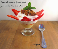 Copa de crema, fresa, nata y crumble de almendras