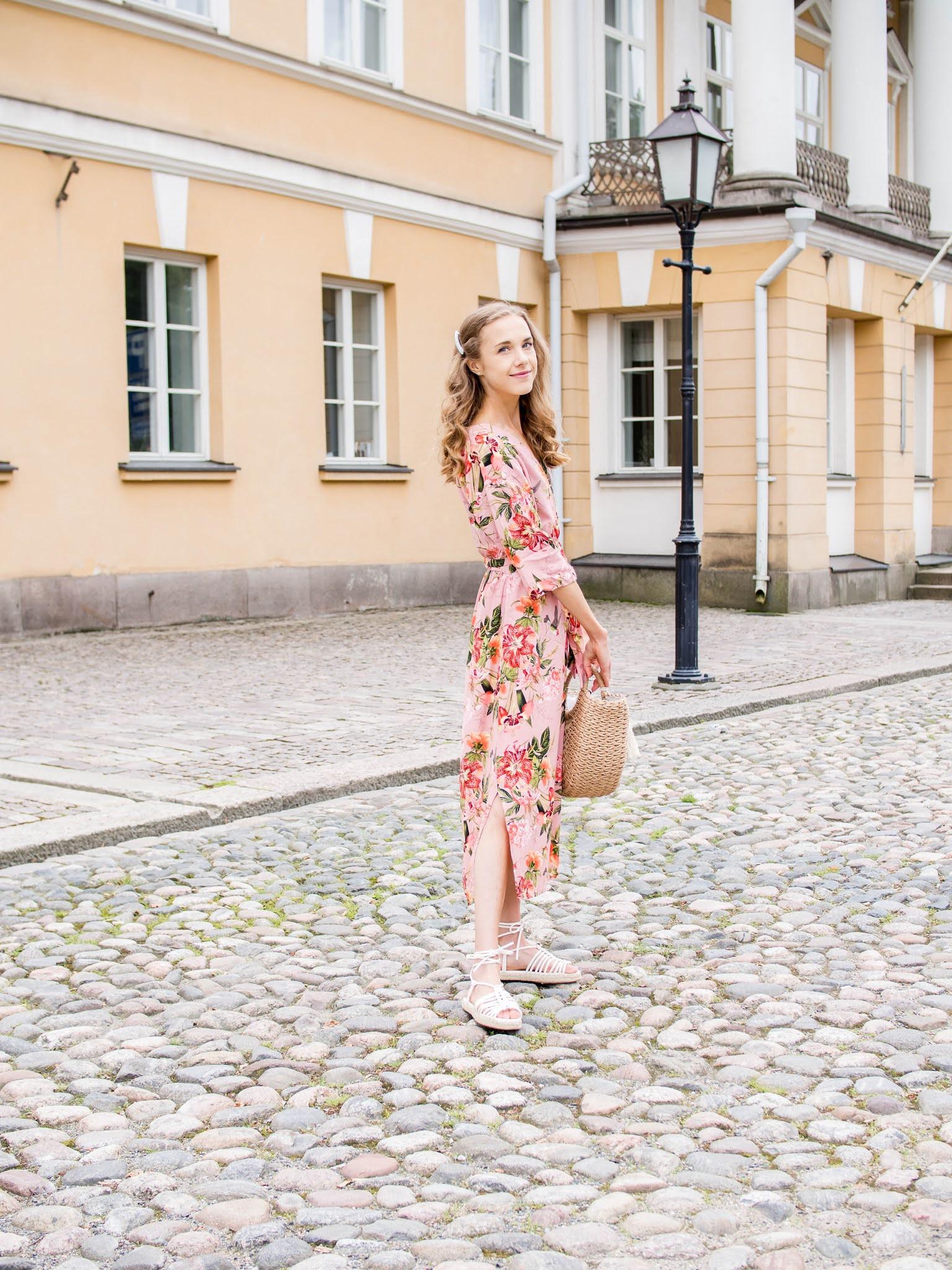 Summer outfit inspiration, pink floral dress, fashion blogger - Kesämuoti, bloggaaja, asuinspiraatio, vaaleanpunainen mekko