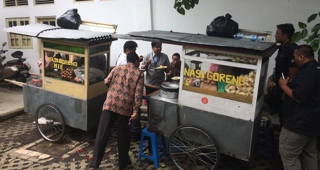 Unik, Presiden Jokowi Suguhkan Nasi Goreng Kaki Lima Buat Menteri di Istana