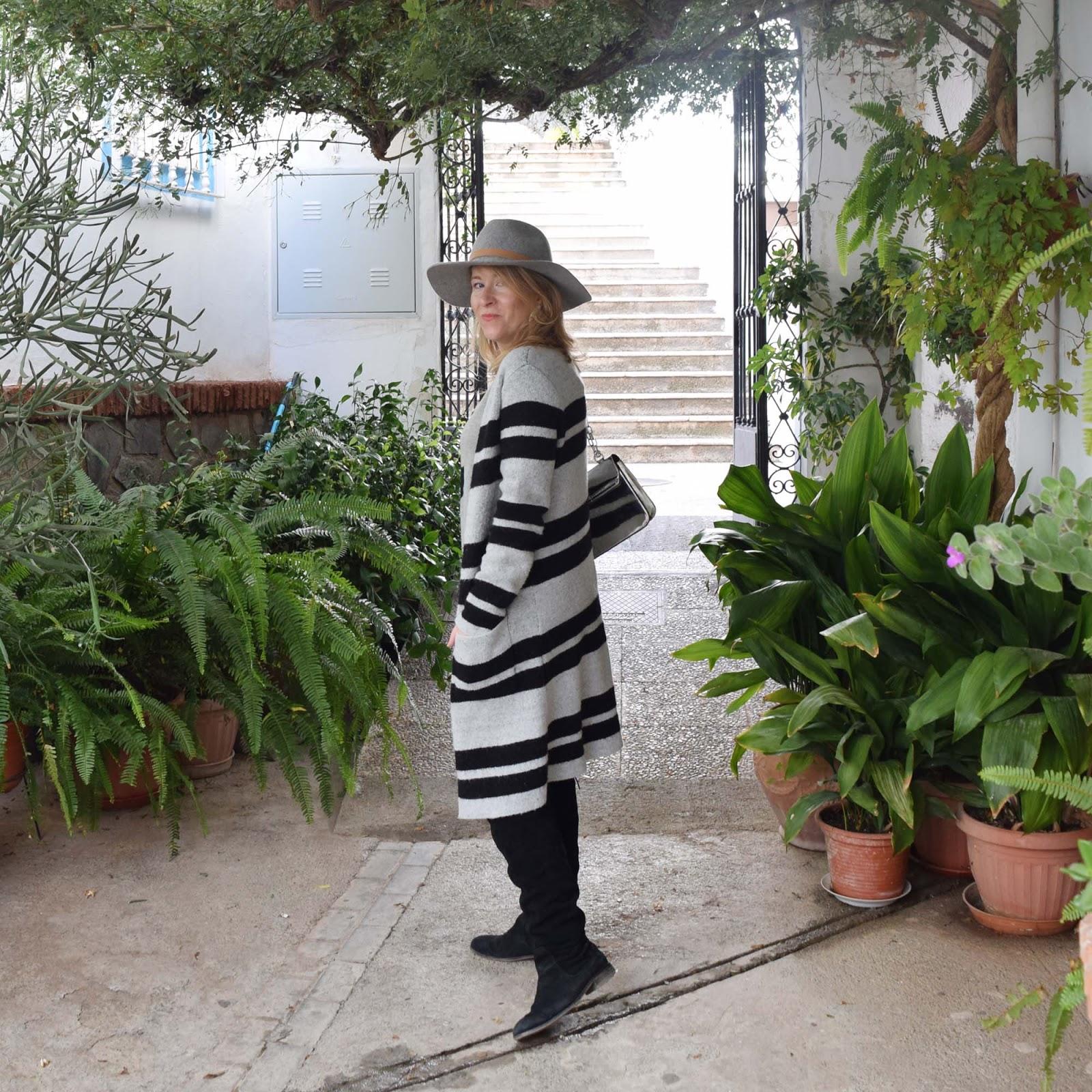 look_tonos_grises_y_sombrero