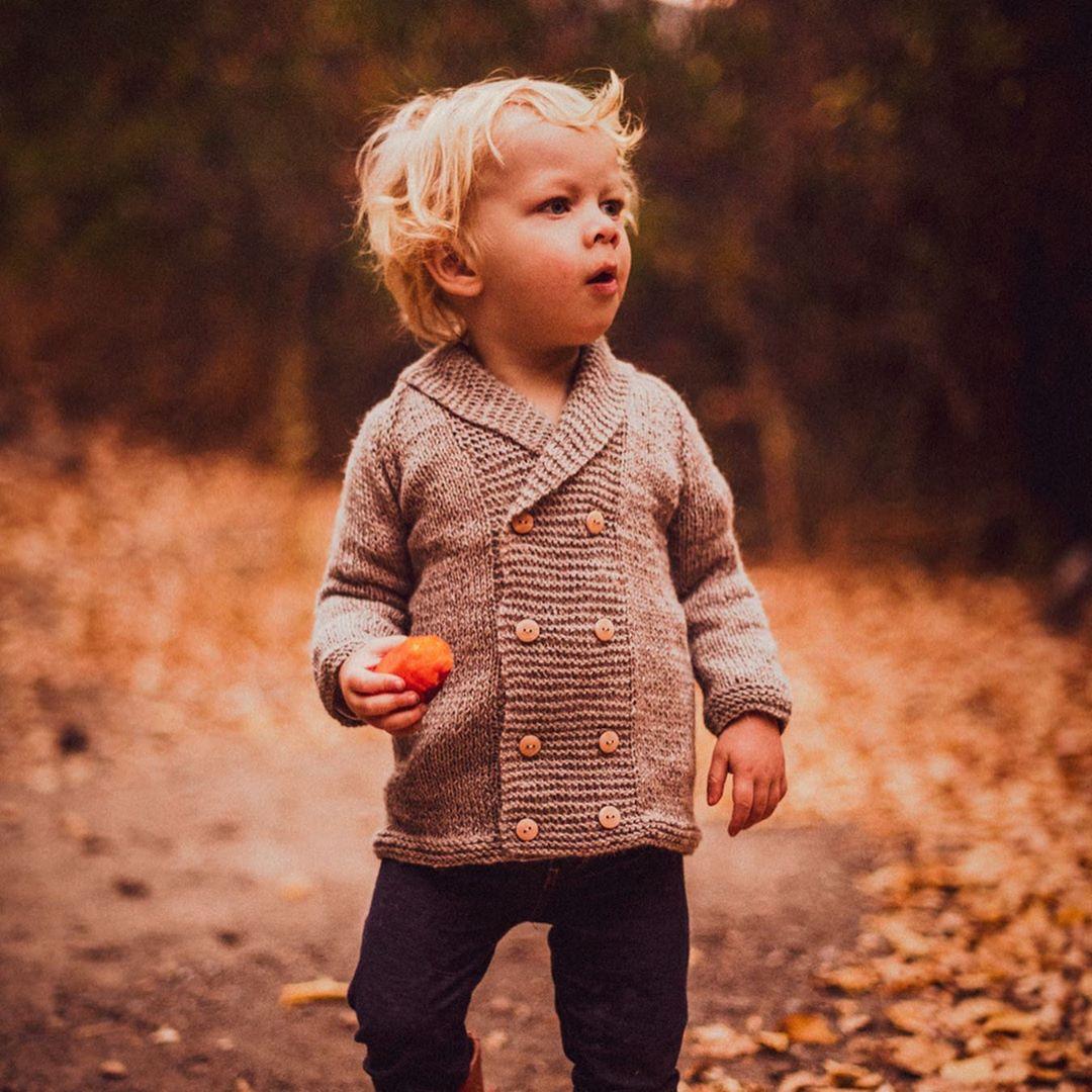 En la foto niño pequeño con un chaleco de Acurruca