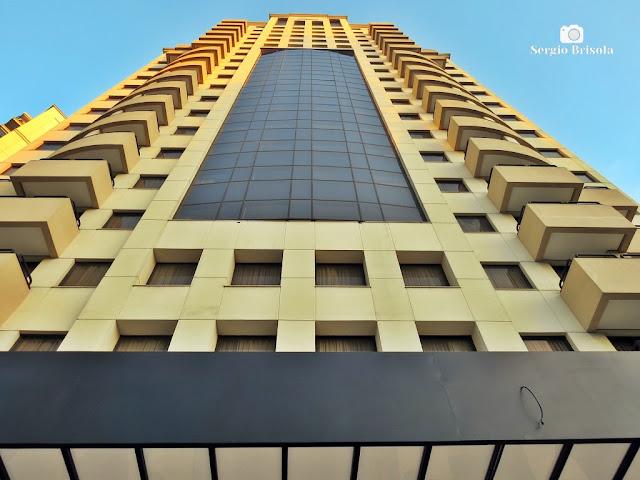 Perspectiva inferior da fachada do moderno Hotel Quality Faria Lima - Pinheiros - São Paulo