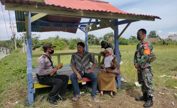 Cegah Covid-19, Babinsa Koramil Cipocok Jaya dan Bhabinkamtibmas Himbau Warga Gunakan Masker