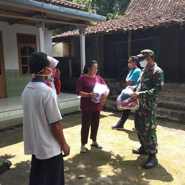 Babinsa Desa Solodiran Cegah Virus Covid-19 Dengan Membagikan Masker