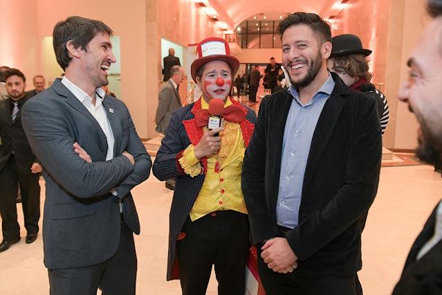 Atrações de Humor e Circo personalizadas com as logomarcas das empresas para o evento de premiação da Abigraf em São Paulo.