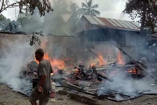 Diduga Korsleting Listrik, Rumah Warga di Kajuara Hangus Terbakar