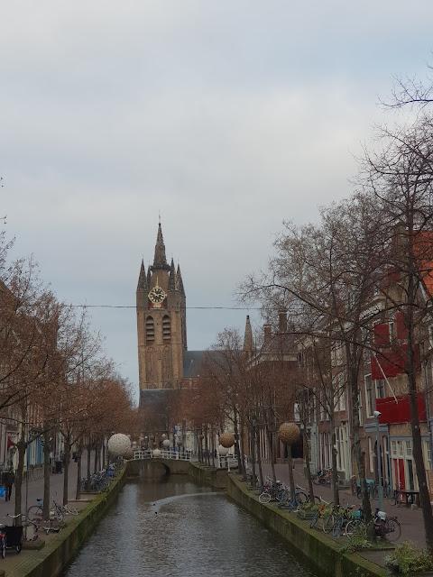 הכנסייה הישנה (והעקומה) בדלפט