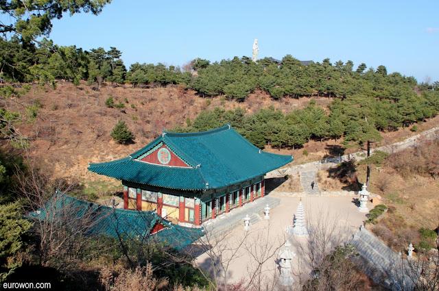 Vista del templo Naksansa en Yangyang