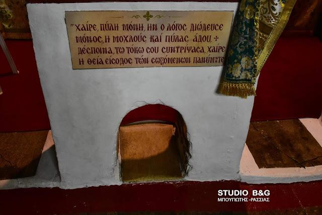 Η θαυματουργή οπή στο εκκλησάκι των Αγίων Αδριανού και Ναταλίας