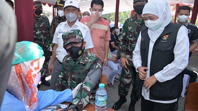 Bersama Forkopimda Jatim, Pangdam V/ Brawijaya Pantau Pelaksanaan Vaksinasi Khusus Pegawai