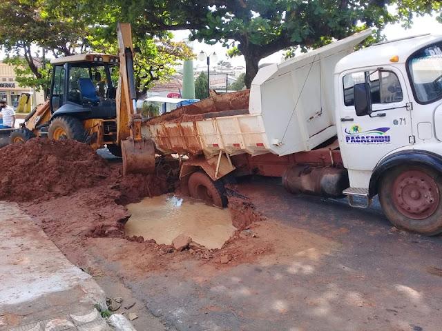 Caminhão da Prefeitura de Pacaembu fica enroscado em buraco durante reparos em rede de abastecimento de água