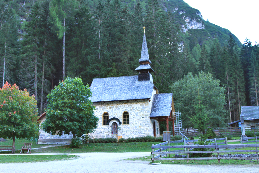 Kościółek nad jeziorem Braies