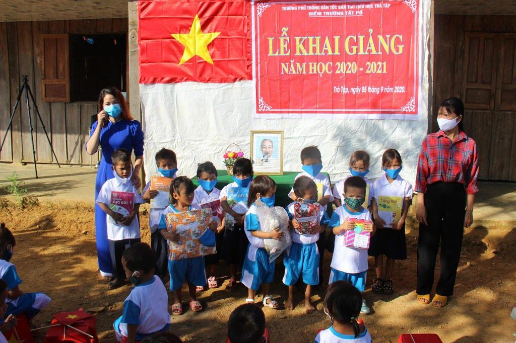 Học sinh trường đồi có đồng phục đón năm học mới