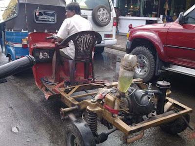 Selbstgebautes schrottreifes Auto steht im Stau witzig