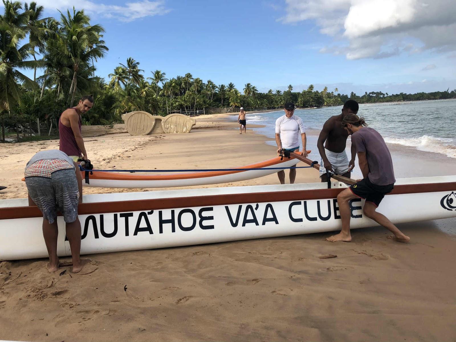 Treino de canoa havaiana na Ponta do Mutá