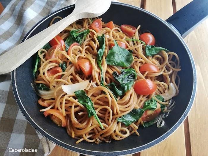 Espaguetis integrales con espinacas y tomates cherrry