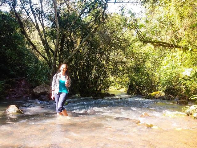 Ellen atravessando o rio