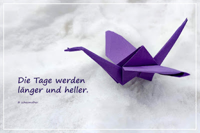 lila origami Kranich im Schnee