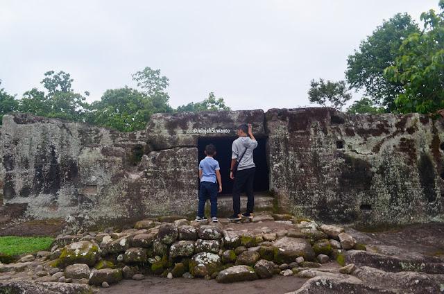 Peninggalan bangunan Situs Ratu Boko ©JelajahSuwanto