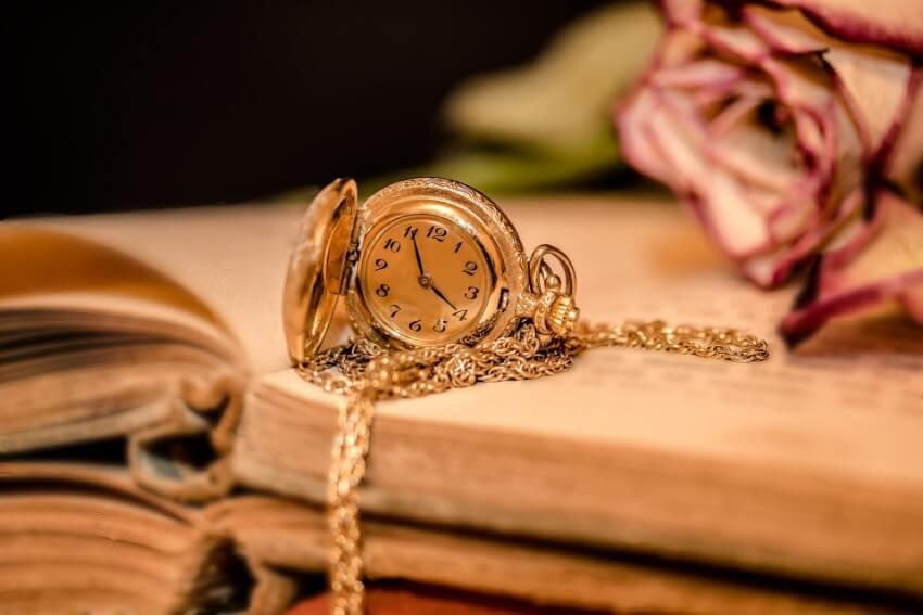Pandemia, relógio, mesa, flor