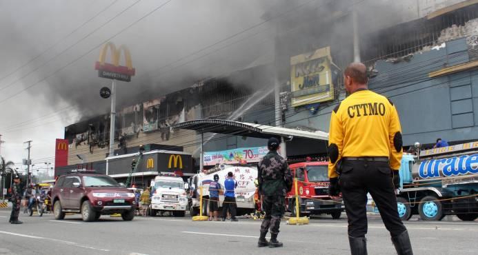 Hallan 36 cuerpos en centro comercial incendiado en Filipinas