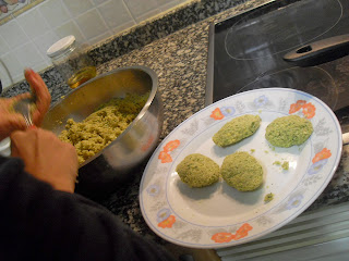 Haciendo falafels.