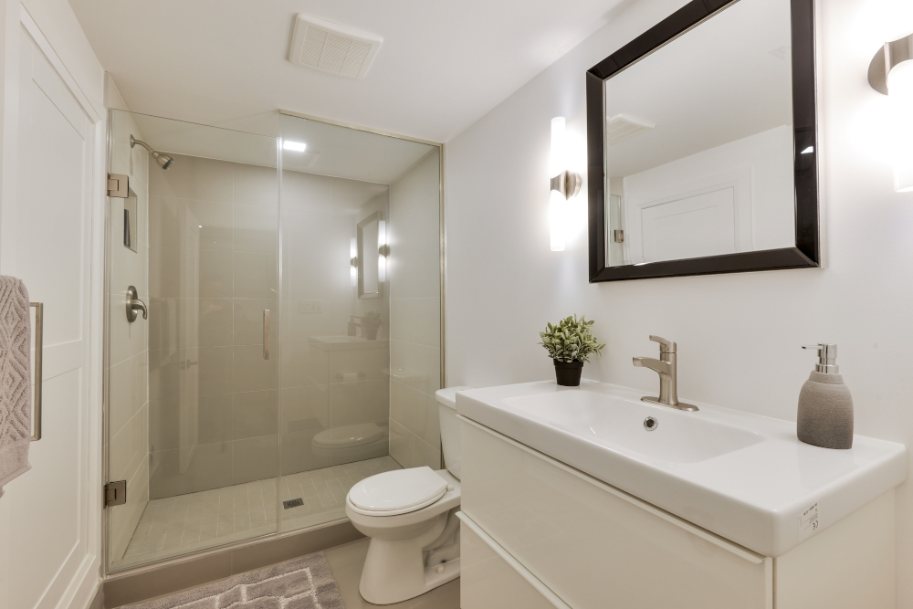 contemporary washroom in basement