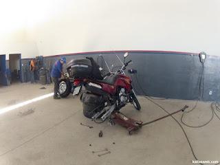 Pneu da moto desmontado para troca da câmara de ar.
