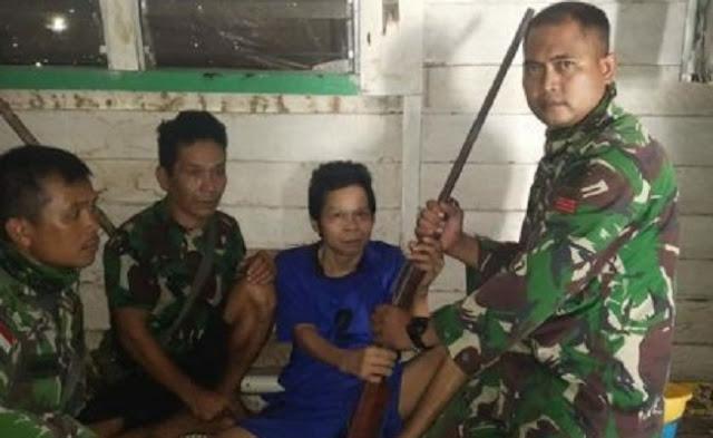 Kado Ramadhan, Satgas Pamtas Yonif Raider 301 Terima Penyerahan 11 Senjata Api dari Masyarakat