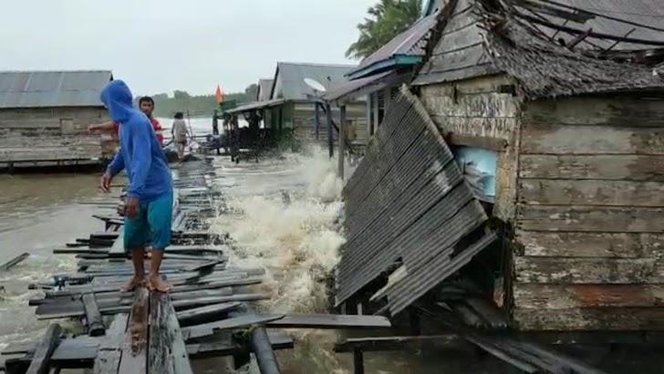 Ombak Besar Hantam Rumah Warga Di Air Hitam Laut