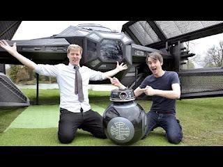 صورة لمهندس كهرباء مع زميله يستعرضون طائرة مستقبلية مع ربوت