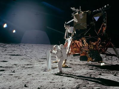 astronauta baja de la nave en la luna