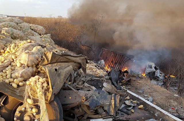 TRAGÉDIA : Caminhões colidem na BR-116 e acidente deixa dois mortos no município de Alto Santo