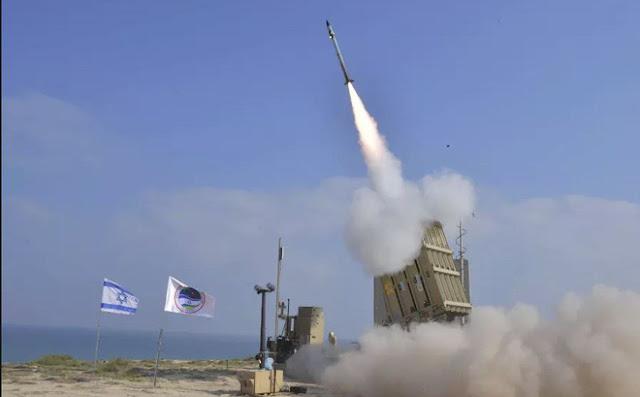 Một tổ hợp Phòng thủ Iron Dome của Israel đang khai hỏa