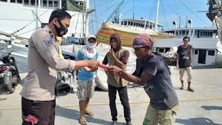 Operasi Yustisi, Bhabinkamtibmas Gusung Bagikan Masker kepada Masyarakat