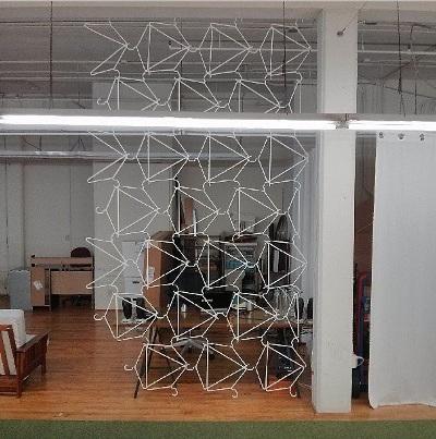 Penyekat ruangan terbuat dari kawat bekas gantungan baju