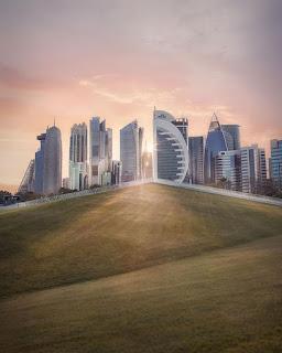 pôr do sol no qatar com vista para os lindos prédios