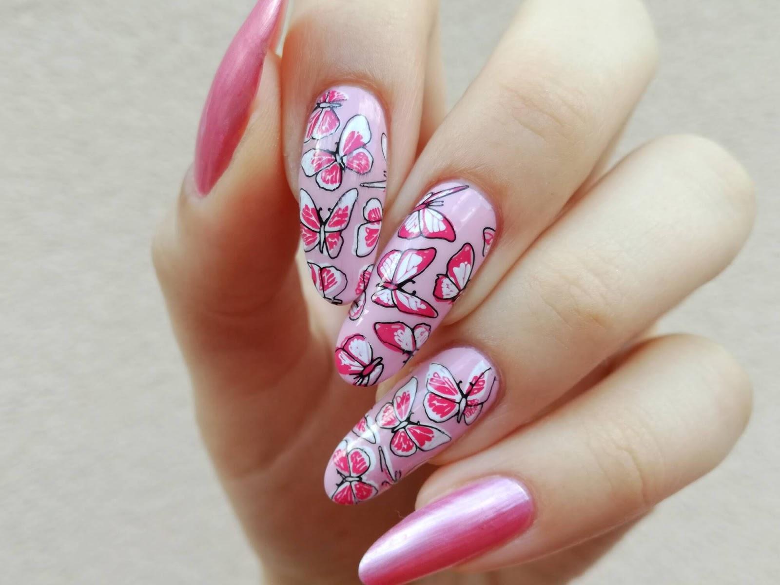 motyle na paznokciach