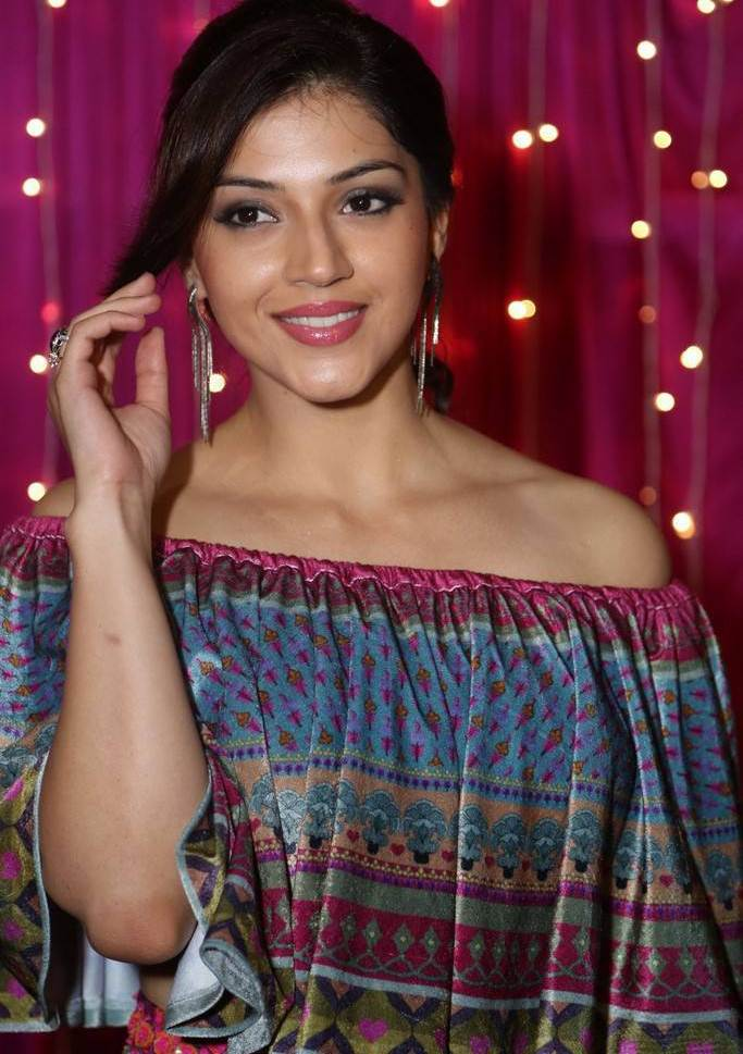 Mehreen Kaur At Zee Telugu Apsara Awards 2017 In Blue Dress