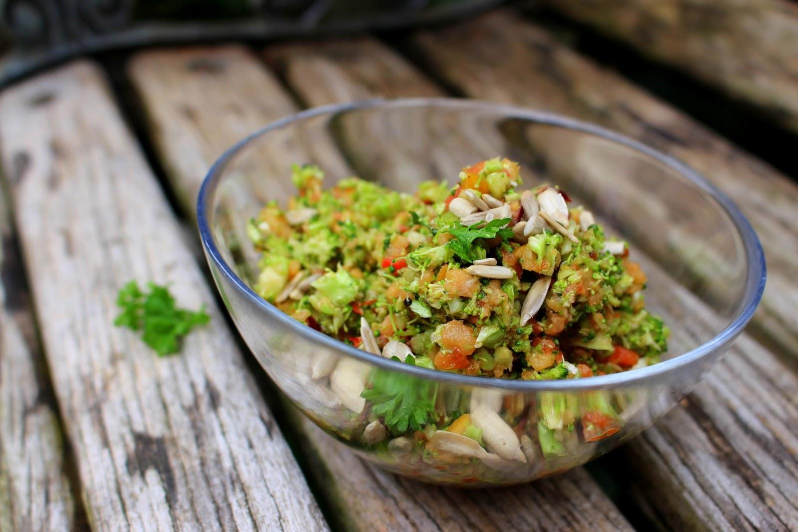 a healthy love schneller brokkoli salat leicht und super lecker. Black Bedroom Furniture Sets. Home Design Ideas