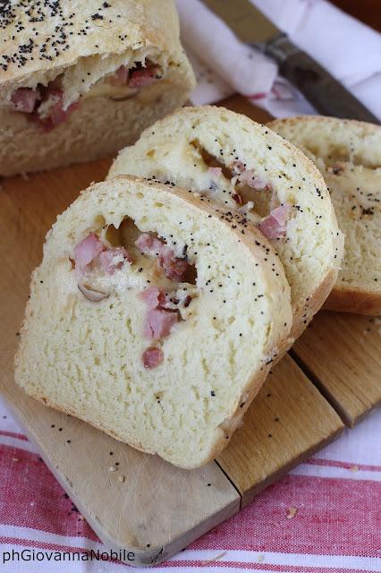 Pane farcito con lardomagro Lenti, scamorza e nocciole