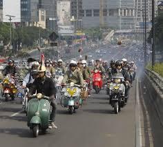 Konvoi Vespa di Indonesia dalam perayaan Vespa World Day 2016