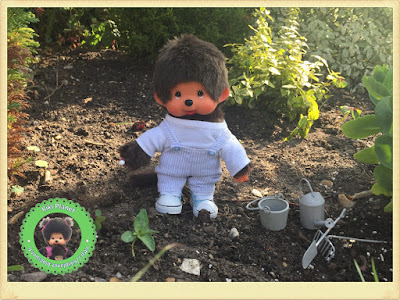 Bubbles le Monchhichi jardine avec ses petits outils de jardinage - kiki- vintage